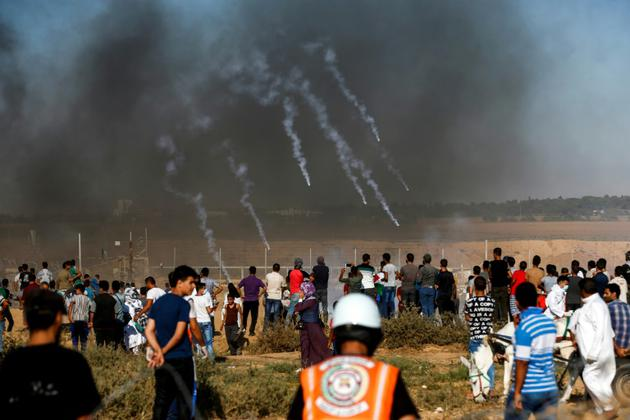 Les forces israéliennes tirent des gaz lacrymogènes contre des manifestants rassemblés près de la barrière de sécurité séparant Israël de la bande de Gaza, le 20 juillet 2018 [SAID KHATIB / AFP]