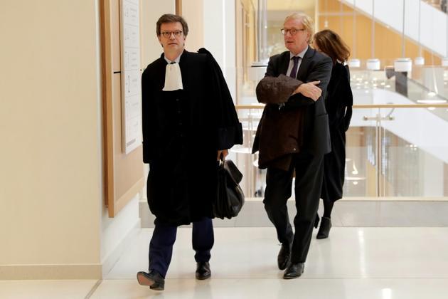 L'ancien directeur général d'UBS France Patrick Fayet (D) et son avocat arrivent au Palais de justice de Paris le 08 octobre 2018 [Thomas SAMSON / AFP]