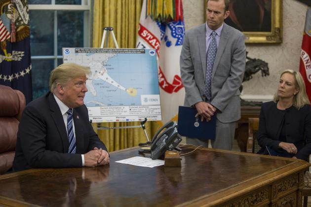 Le président Donald Trump reçoit un briefing dans le Bureau ovale sur l'ouragan Florence, le 11 septembre 2018 [ZACH GIBSON / AFP]