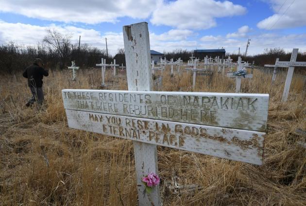 Une fosse commune du cimetière de Napakiak, déjà déplacé à deux reprises en raison de l'érosion du permafrost, le 12 avril 2019 en Alaska [Mark RALSTON / AFP]