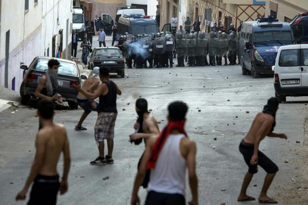 Des policiers marocains en position face à des manifestants à Al-Hoceima le 8 juin 2017. [FADEL SENNA / AFP/Archives]