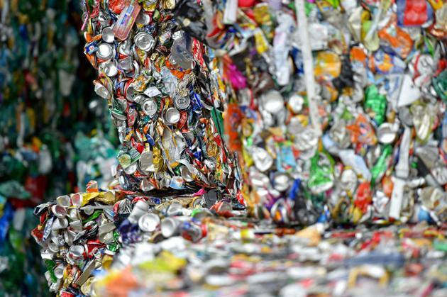 """La secrétaire d'Etat à la Transition écologique Brune Poirson a annoncé la mise en place d'un """"système de bonus-malus"""", pour inciter les consommateurs à privilégier des produits fabriqués à partir de plastique recyclé [LOIC VENANCE / AFP]"""