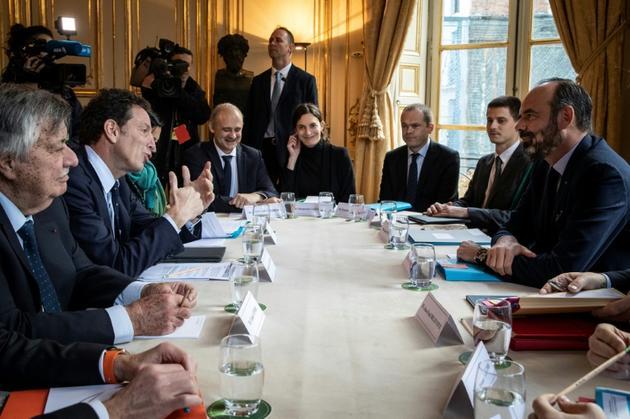 Le Premier ministre Edouard Philippe (d) reçoit le président du Medef Geoffroy Roux de Bezieux (g) lors d'une réunion sur la réforme des retraites, le 25 novembre 2019 à l'Hôtel Matignon, à Paris [Thomas SAMSON / AFP]