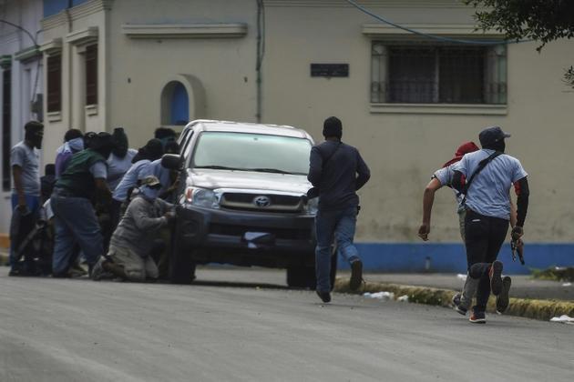 Des paramilitaires encerclent la Basilique Saint-Sébastien, le 9 juillet 2018 à Diriamba, au Nicaragua [MARVIN RECINOS / AFP]