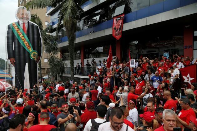 Rassemblement des partisans de Lula devant le siège des métallos de Sao Bernardo do Campo, près de Sao Paulo, le 9 novembre 2019 [Miguel SCHINCARIOL / AFP]