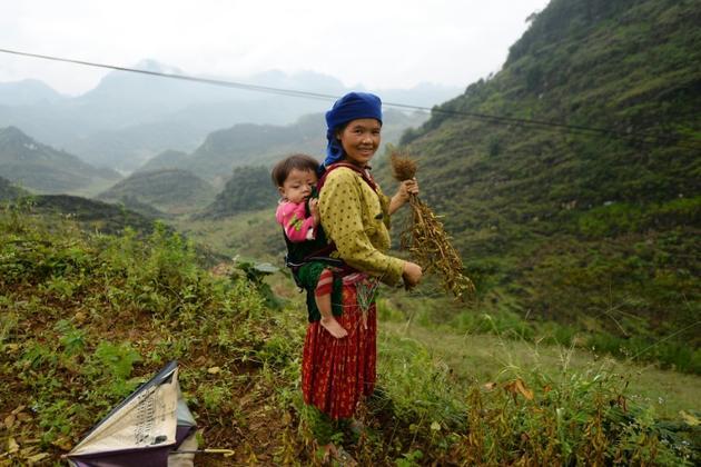 Une femme Hmong et son enfant dans le nord du Vietnam, le 29 octobre 2018 [Nhac NGUYEN / AFP]