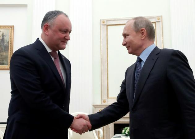 Le président russe Vladimir Poutin (d) et son homologue moldave Igor Dodon au Kremlin à Moscou, le 30 janvier 2019 [MAXIM SHEMETOV / POOL/AFP/Archives]