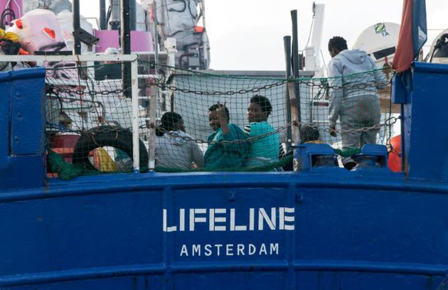 Photo fournie le 22 juin 2018 par l'ONG allemande Mission Lifeline montrant des migrants en mer à bord du navire Lifeline qui va chercher des migrants en Méditerranée  [Hermine POSCHMANN / Mission Lifeline/AFP]