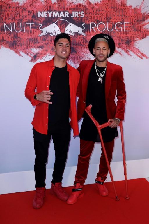 Neymar (à droite) pose avec le surfeur brésilien Gabriel Medina pour sa soirée anniversaire, le 4 février 2019 à Paris [Thomas SAMSON / AFP]