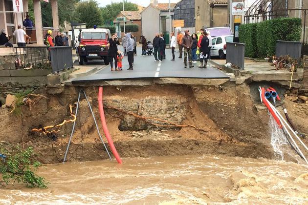 Ce qu'il reste du pont sur la rivière Trapel à Villegailhenc le 15 octobre 2018 [Eric CABANIS / AFP]