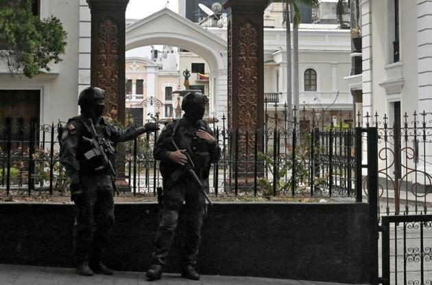 Des forces de sécurité gardent l'entrée du palais législatif, qui abrite l'Assemblée nationale dirigée par l'opposition et l'Assemblée constituante qui soutient le gouvernement, à Caracas le 14 mai 2019 [STR / AFP]