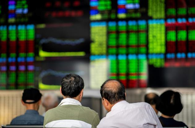 Des investisseurs surveillent le cours des actions à Shangai, en Chine, le 25 septembre 2018 [Johannes EISELE / AFP/Archives]