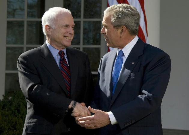 Photo d'archive de John McCain (gauche) alors candidat Républicain à la Maison Blanche et le président George W. Bush, le 5 mars 2008, à Washington [Jim WATSON / AFP/Archives]