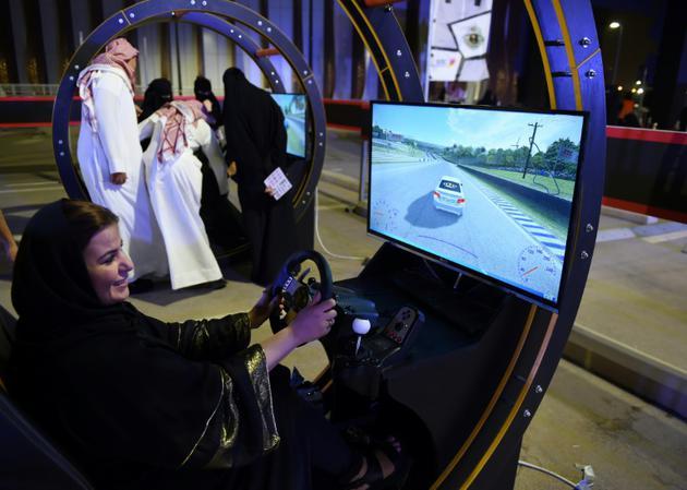 Une palestinienne vivant à Ryad s'entraîne sur un simulateur de conduite le 24 juin 2018, jour de la levée de l'interdiction de conduire des femmes [FAYEZ NURELDINE / AFP]