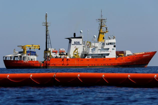 L'Aquarius, un navire affrété par les ONG françaises Médecins sans frontières (MSF) et SOS-Mediterranée pour secourir les migrants en Méditerranée, le 23 juin 2018 entre Lampedusa et la Tunisie [PAU BARRENA / AFP]