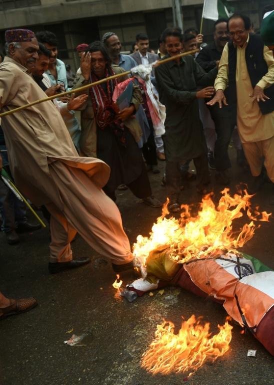 Des manifestants pakistanais brûlent une effigie du Premier ministre indien Narendra Modi le 2 mars 2019 à Karachi [RIZWAN TABASSUM / AFP]