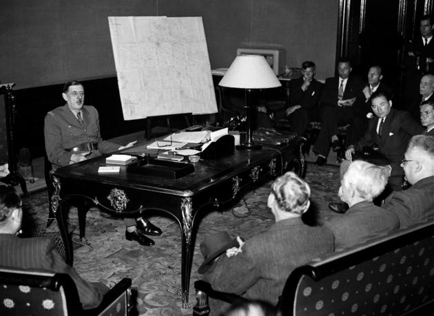 Paris vient juste d'être libéré : le général de Gaulle tient une conférence de presse dans son bureau de l'Hôtel de Brienne, rue Saint Dominique  [- / AFP]