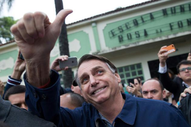 Le candidat d'extrême droite à la présidentielle Jair Bolsonaro salue ses partisans après avoir voté lors du 1er tour, le 7 octobre 2018 à Rio de Janeiro, au Brésil [Fernando Souza / AFP]