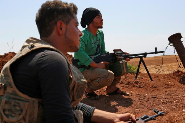 Des rebelles syriens dans la région de Kafr Zeta dans la province d'Idleb (nord-ouest) se préparent à un possible assaut du régime, le 30 août 2018 [Zein Al RIFAI / AFP]
