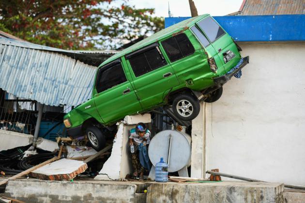 Une voiture projetée sur une maison à Palu, ville indonésienne frappée par un séisme et un tsunami. Photo du 1er octobre 2018<br />  [Jewel SAMAD / AFP]
