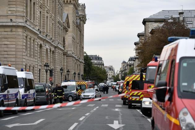 véhicule de police et pompiers autour de la préfecture de police de Paris où 4 personnes ont été tuée, le 3 octobre 2019 [Martin BUREAU / AFP/Archives]
