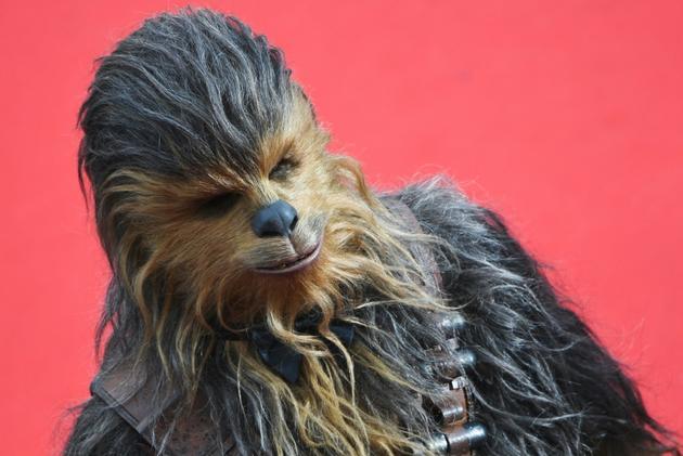 """Chewbacca en train de laisser des poils sur le tapis rouge de la présentation """"Solo: A Star Wars Story"""" au festival du film de Cannes (France), le 15 mai 2018  [Antonin THUILLIER / AFP/Archives]"""