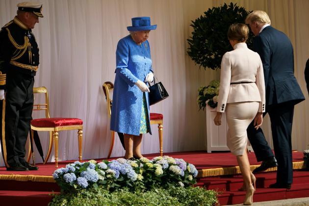 La reine Elizabeth II (C)  accueille le président américain Donald Trump  et son épouse Melania Trump à leur arrivée au château de Windsor, le 13 juillet 2018  [Brendan Smialowski / AFP]