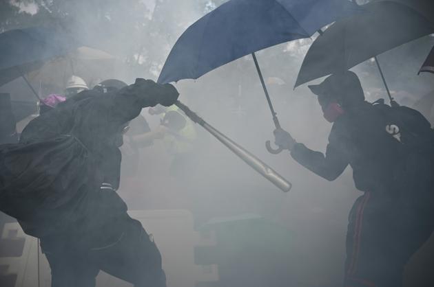 Heurts entre manifestants et forces de l'ordre à l'université chinoise de Hong Kong, le 12 novembre 2019 [Philip FONG / AFP]