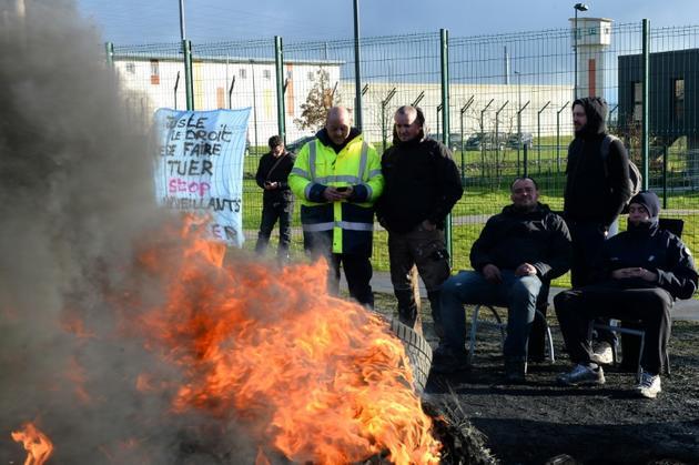 Des surveillants de l'administration pénitentiaire lors d'un blocage de la prison d'Alençon, le 7 mars 2019 à Condé-sur-Sarthe [JEAN-FRANCOIS MONIER                 / AFP]