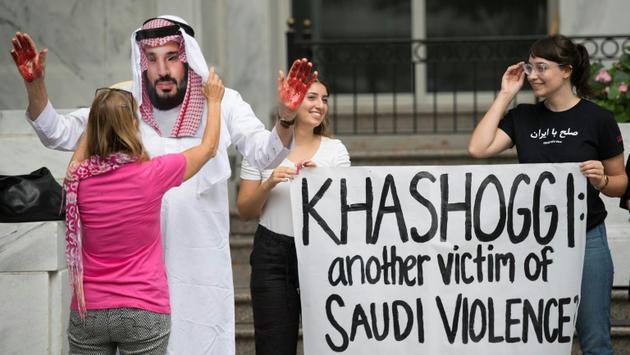 Photo prise le 8 octobre 2018 de manifestants devant l'ambasasde saoudienne à Washington contre le prince héritier saoudien Mohammed ben Salmane après le meurtre  du journaliste Jamal Khashoggi [Jim WATSON / AFP]