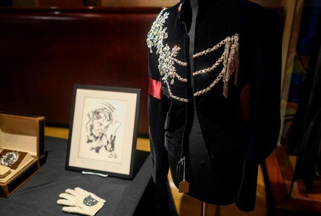 Une veste en velours noir portée par Michael Jackson pour le 65e anniversaire d'Elizabeth Taylor [Johannes EISELE / AFP]