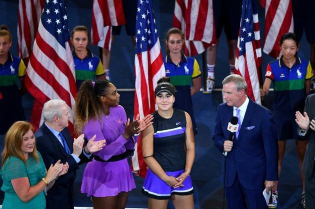 Bianca Andreescu (c) est interviewée après sa victoire à l'US Open aux côtés de Serena Williams (g), le 7 septembre 2019 à New York [Johannes EISELE / AFP]