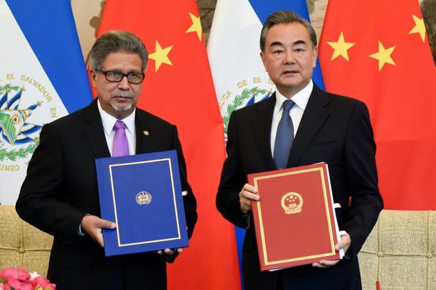 Les ministres des Affaires étrangères du Salvador Carlos Castaneda (à gauche) et de Chine Wang Yi à Pékin lors de l'établissement de relations diplomatiques entre les deux Etats, le 21 août 2018 [WANG ZHAO / AFP]