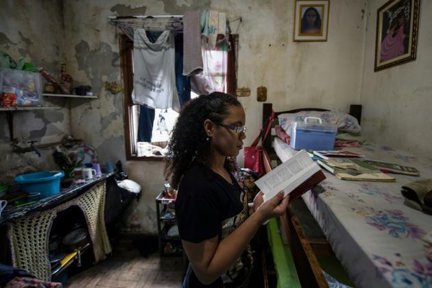 Beatriz Vitoria de Melo dans son appartement d'un immeuble squatté de la banlieue de Sao Paulo au Brésil, le 14 mai 2018 [NELSON ALMEIDA / AFP/Archives]