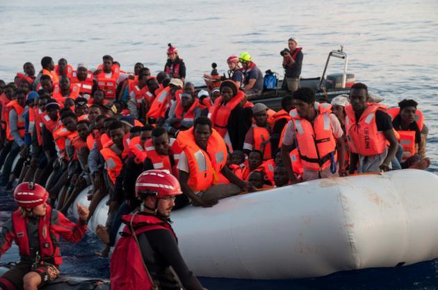 Photo fournie le 22 juin 2018 par l'ONG allemande Mission Lifeline, montrant des migrants secourus le 21 juin en mer et embarquant à bord du navire Lifeline qui va chercher des migrants en Méditerranée  [Hermine POSCHMANN / Mission Lifeline/AFP]