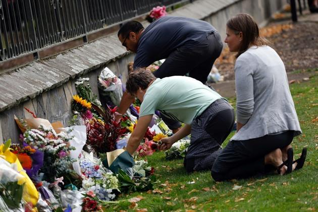 Des gerbes de fleurs en hommage aux victimes du carnage dans deux mosqués de Christchurch, le 16 mars 2019 en Nouvelle-Zélande [TESSA BURROWS / AFP]