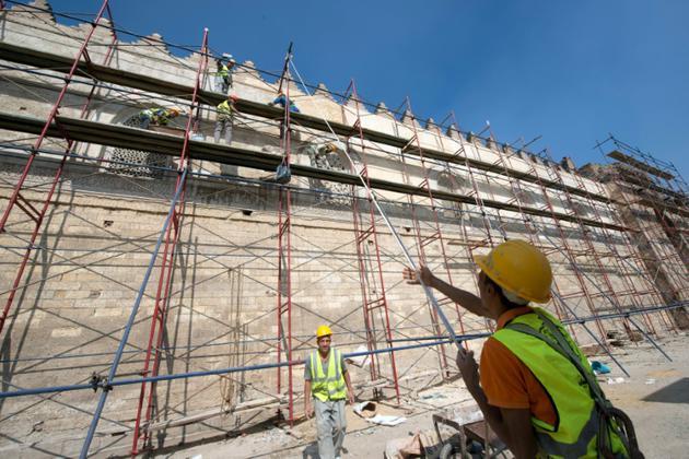 Des ouvriers restaurent les murailles de la mosquée de Baybars au Caire, qui date du XIIIe siècle, le 16 octobre 2018 [KHALED DESOUKI / AFP]
