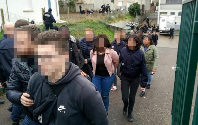 """Au total 151 jeunes ont été arrêtés le 6 décembre 2018 à Mantes-la-Jolie (Yvelines) lors d'une mobilisation dans la foulée du mouvement des """"gilets jaunes"""" [Céline AGNIEL / AFP]"""