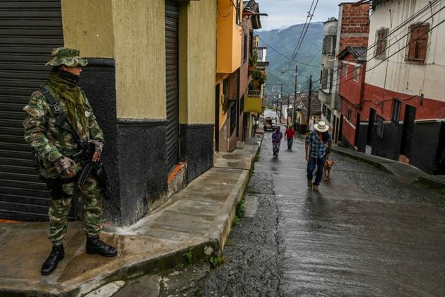 Un soldat surveille les rues d'Ituango, le 19 octobre 2019, avant des élections locales en Colombie, alors que la campagne a été marquée par des épisodes de violence. [Joaquin SARMIENTO / AFP]