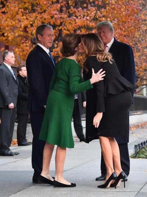 Le couple présidentiel américain Donald et Melania Trump salue l'ex-président George W. Bush et son épouse Laura le 4 décembre 2018 à Washington  [Nicholas KAMM / AFP]