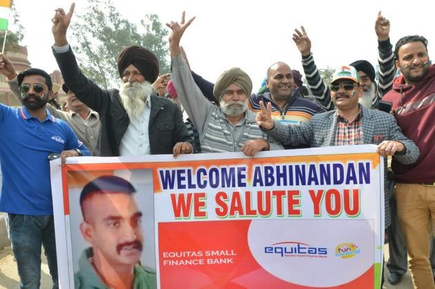 Une foule crie des slogans en attendant le retour du pilote indien relâché par Islamabad le 1er mars 2019 près de la frontière entre l'Inde et le Pakistan [NARINDER NANU / AFP]