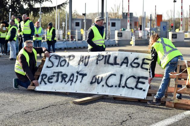 Un blocage de péage à Villefranche de Lauragais, le 8 décembre 2018 [REMY GABALDA / AFP]