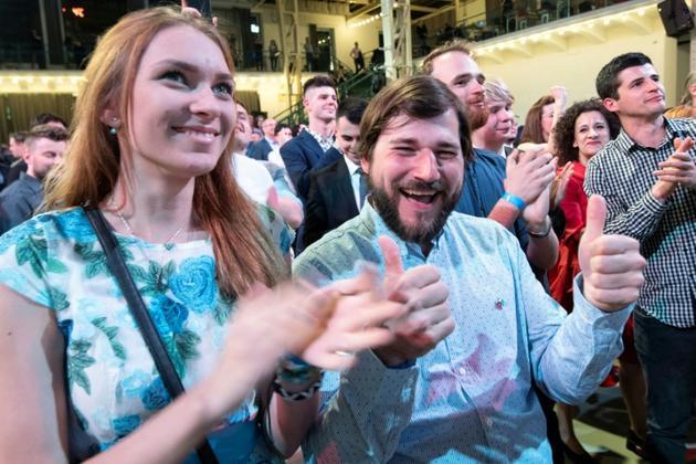 Des partisans de Zuzana Caputova célèbrent la victoire de leur candidate à la présidentielle slovaque, le 30 mars 2019 à Bratislava [JOE KLAMAR / AFP]