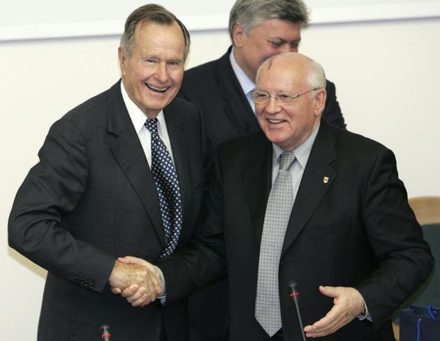 Les anciens présidents américain George H.W. Bush et soviétique Mikhail Gorbachev, le 23 mai 2005 à Moscou [Yuri KADOBNOV / AFP/Archives]