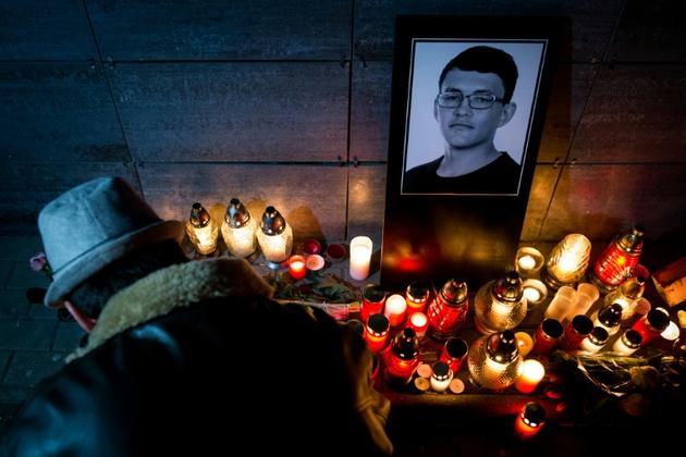 Des bougies devant une photo du journaliste assassiné Jan Kuciak, le 26 février 2018 à Bratislava, en Slovaquie [VLADIMIR SIMICEK / AFP/Archives]