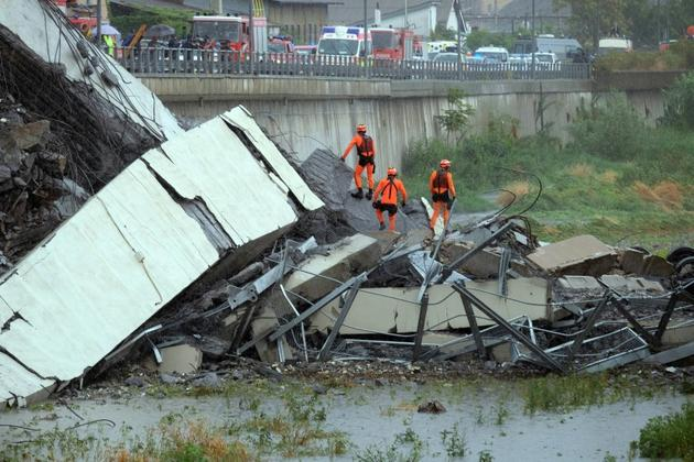 Des secouristes à l'oeuvre à Gênes, en Italie,  après l'effondrement d'un viaduc d'autoroute, le 14 août 2018 [ANDREA LEONI / AFP]
