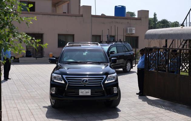 Un véhicule transportant l'ex-Premier ministre pakistanais Nawaz Sharif quitte le tribunal anti-corruption devant laquelle il a comparu à Islamabad le 19 septembre 2018 [AAMIR QURESHI / AFP]