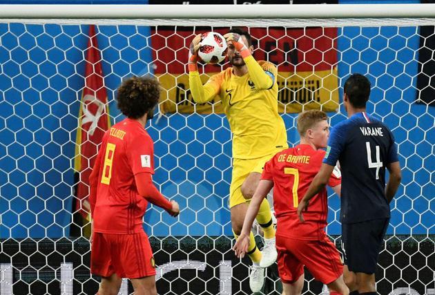 Le gardien Hugo Lloris stoppe le ballon lors de la qualification de la France en finale du Mondial le 10 juillet 2018 [CHRISTOPHE SIMON / AFP]