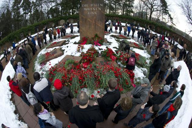 Des communistes et des socialistes commémorent les meurtres de Rosa Luxemburg et de Karl Liebknecht devant le monument pour les socialistes à Berlin, le 9 janvier 2011,  [Odd ANDERSEN / AFP/Archives]