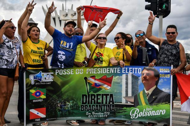 Des partisans du nouveau président élu Jair Bolsonaro, rassemblés devant la cathédrale de Brasilia, le 31 décembre 2018 [NELSON ALMEIDA / AFP]